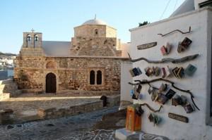 Libri con lo sfondo una costruzione tipica delle coste greche