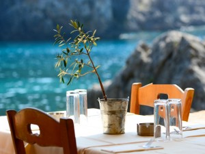 Sedie colorate sulla costa greca