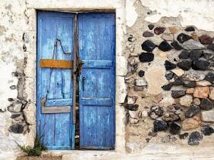 Una caratteristica porta in legno, tipica delle case greche