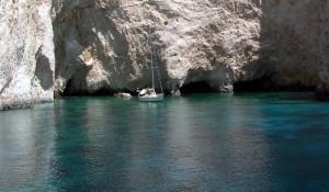 Le rocce a strapiombo, incontrate durante la crociera in barca a vela in Grecia