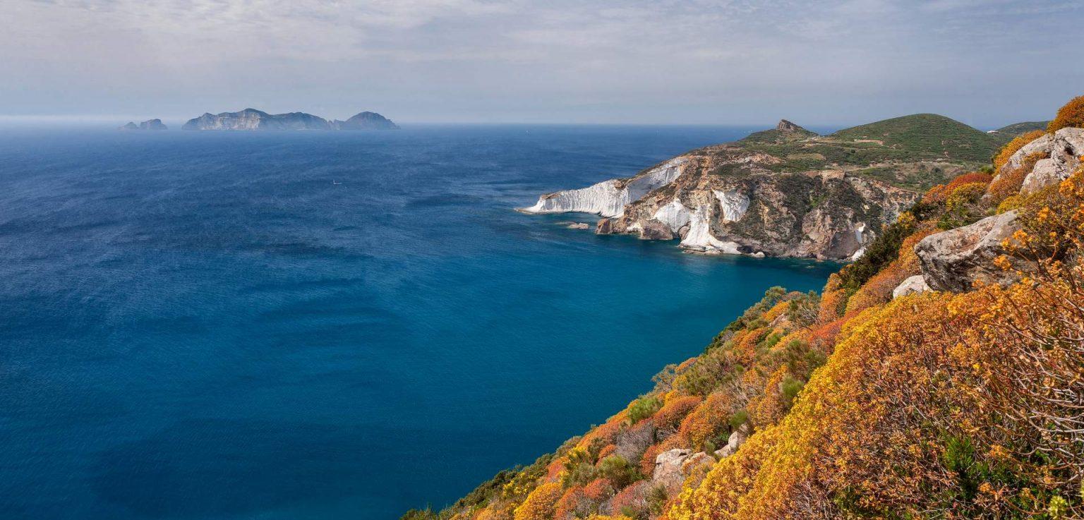 far palmarola 1536x737 - Vacanze in Barca a Vela alle Pontine