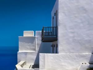 Bianco e blu: l'orizzonte delle coste greche