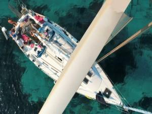 Visione dall'alto della nostra barca a vela di lusso per crociere in Grecia