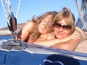 Ragazze in barca a vela in Grecia