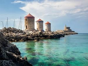 Mulini a vento sulla costa della Grecia
