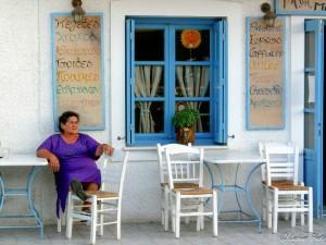 Donna greca in casa caratteristica